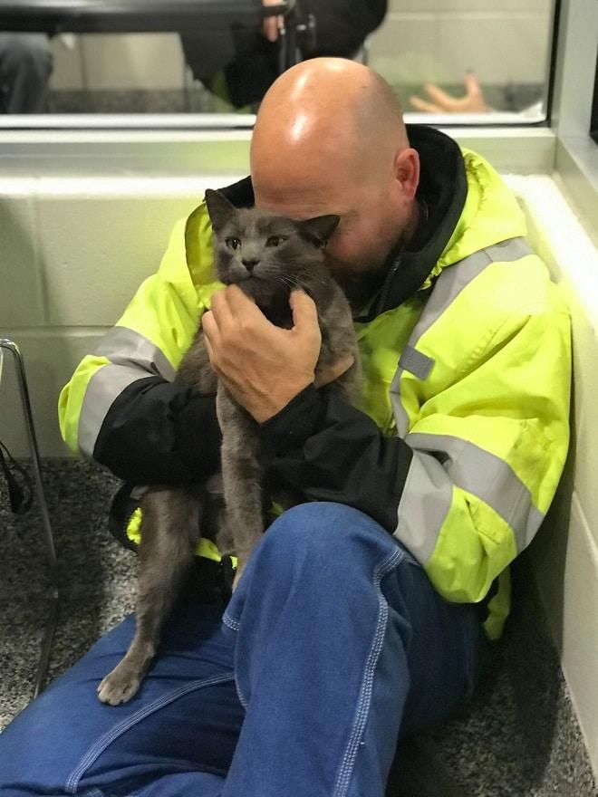 Мужчина обнимает кота
