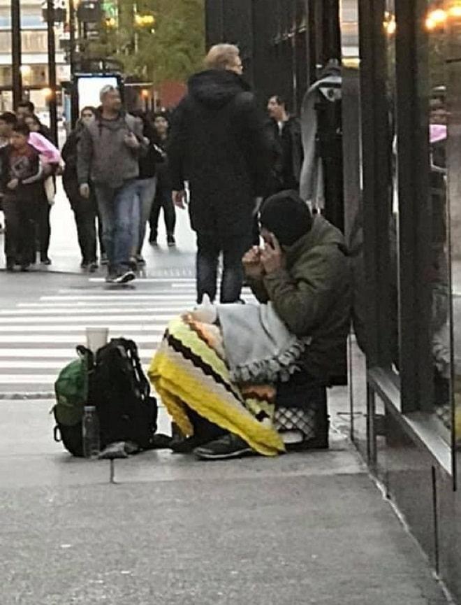 Бездомный сидит