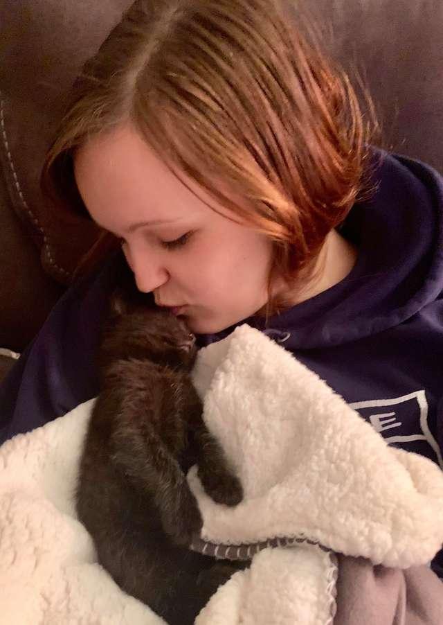 девушка с котёнком